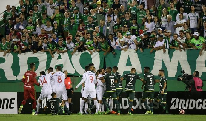 Confusão Chapecoense x Nacional (Foto: Cristiano Andujar/Getty Images)