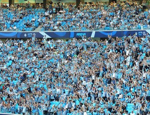 Torcedores fazem 'ola' na inauguração da Arena (Foto: Lucas Rizzatti/Globoesporte.com)