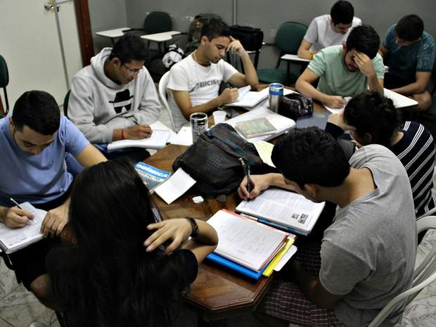 Alunos estudam cerca de 12h por dia para a prova do ENEM, em Manaus (Foto: Gabriel Machado/G1 AM)