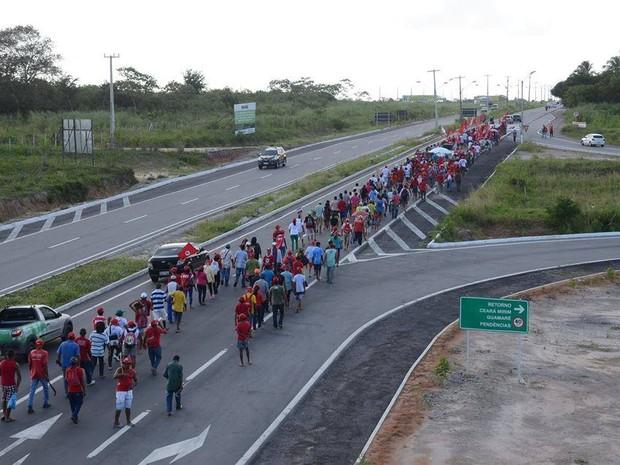 Integrantes do MST fazem caminhada de Ceará-Mirim para Natal (Foto: Júnior Santos)