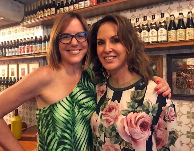 A jornalista Marcia Disitzer recebeu a amiga Regina Martelli no lançamento do livro Potência popular carioca nesta terça-feira (30)  (Foto: Divulgação)
