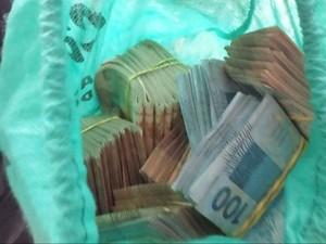Dinheiro apreendido com trio preso em Farroupilha, RS (Foto: Reprodução/RBS TV)