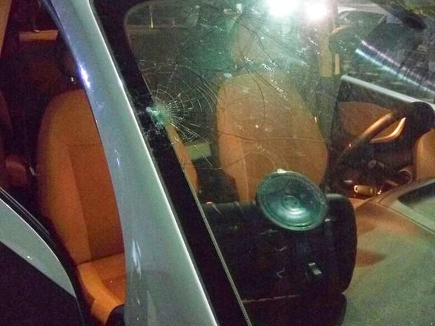 Tiros atingiram o para-brisas da viatura e também entraram pela janela do motorista (Foto: PM/Divulgação)
