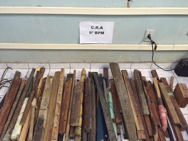 Noventa barrotes de madeira foram apreendidos em Centro de Ressocialização (Foto: Divulgação/Polícia Militar)