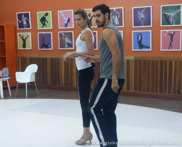 Ana Beatriz ensaia com Rodrigo Ramalho (Foto: Domingão do Faustão / TV Globo)