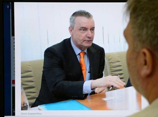 Imagem na tela de um computador exibe Onno Elderenbosch, vice-chefe da missão da Holanda em Moscou (Foto: STR/ AFP)