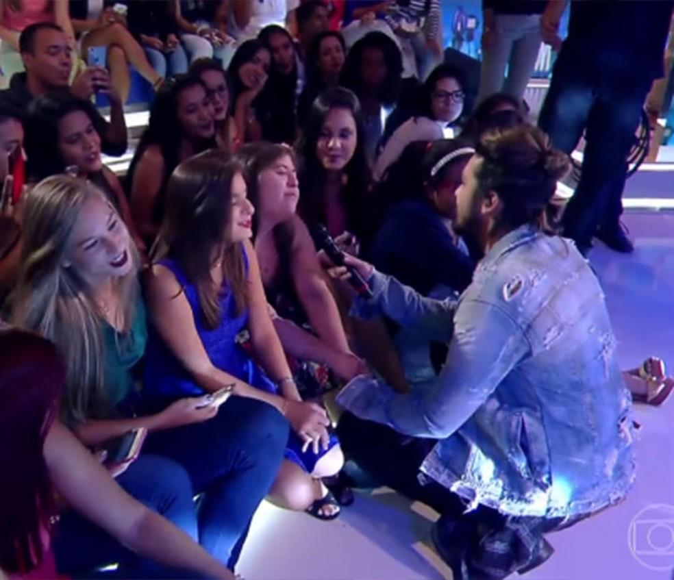 Luan Santana canta para fã no 'Caldeirão' (Foto: TV Globo)
