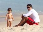 Du Moscovis se diverte com os filhos em praia carioca