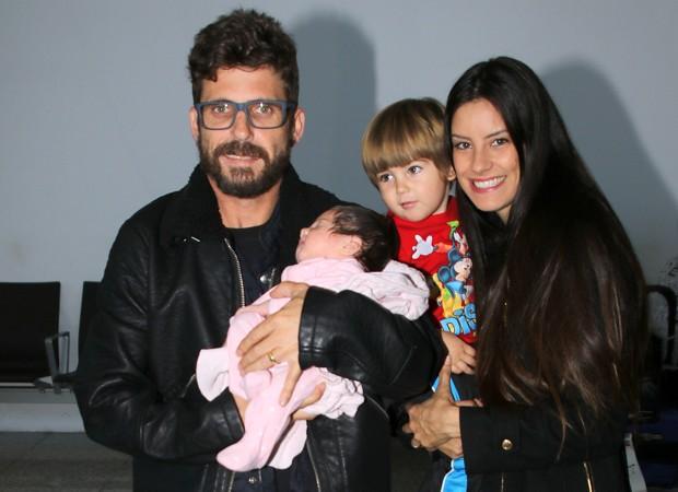 Hudson e a mulher, Thayra Machado, com os filhos do casal, Davi e Helena (Foto: Thiago Duran/AgNews)