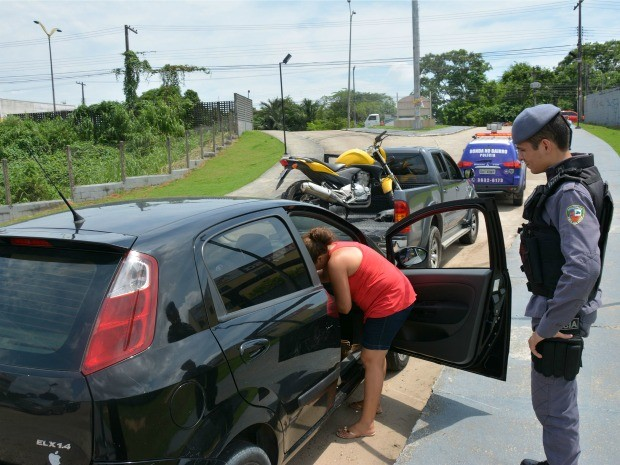 Veículos foram estacionados em entrada de condomínio (Foto: Divulgação/Searb)