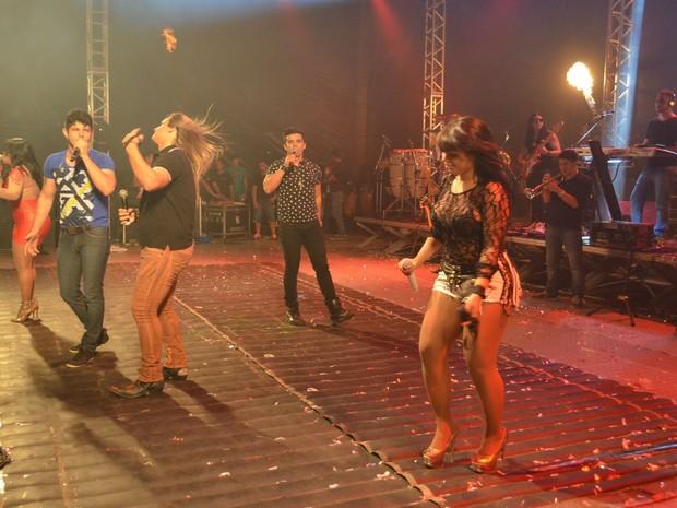 Os cinco vocalistas da Calcinha Preta fazem pout-pourri de sucessos da banda conhecida nacionalmente (Foto: Marina Fontenele/G1)