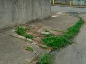 Buraco em calçada de Mogi das Cruzes (Foto: Reprodução / Tv Diário)