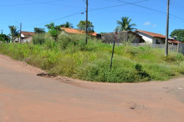 Terreno abandonado no Bairro Novo Cacoal (Foto: Magda Oliveira/G1)