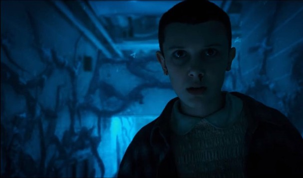 "Millie Bobby Brown no trailer da segunda temporada de ""Stranger Things"" (Foto: Reprodução)"