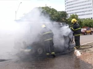 Bombeiros contiveram as chamas que se espalharam rapidamente (Foto: Reprodução/TV Anhanguera)
