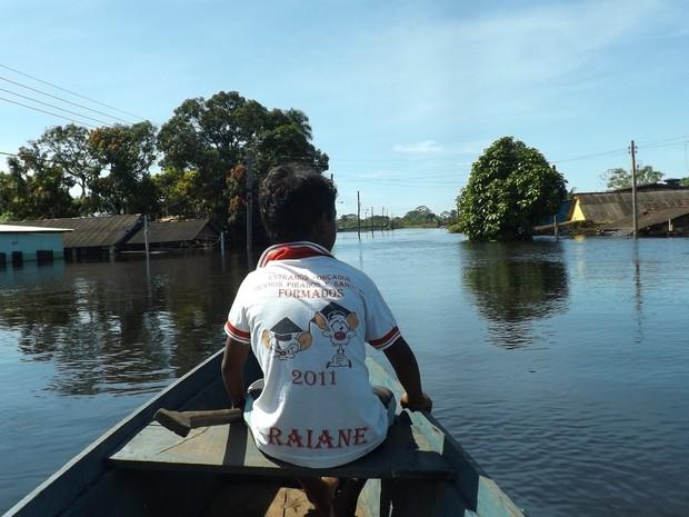 RO CHEIA Morador utiliza barco para passar pelas avenidas inundadas (Foto: Dayanne Saldanha/G1 RO)