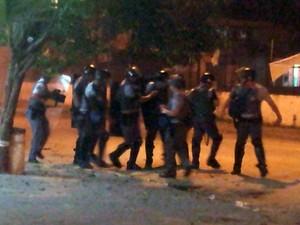 Força Tática enfrenta manifestantes em São Vicente, SP (Foto: Ivair Vieira Jr/G1)