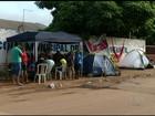 Pais acampam há 4 dias em escola para tentar vagas para filhos em GO