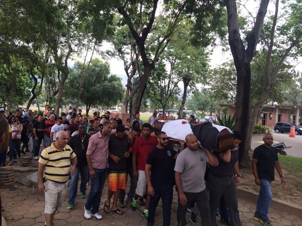 Caixão foi coberto por bandeira do Vasco (Foto: Paulo Mário Martins / TV Globo)