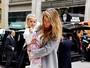 Gisele Bündchen passeia com a filha Vivian em Nova York