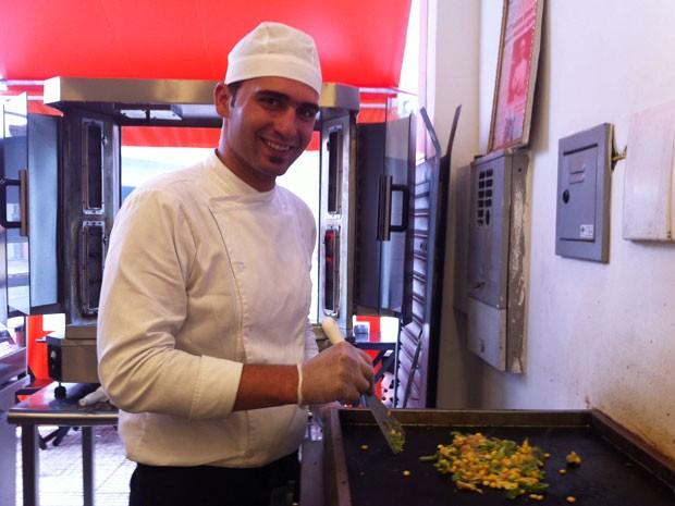 Eyad Abuharb já trabalhava como chef de cozinha na Síria (Foto: Paula Paiva Paulo/G1)
