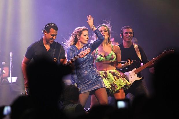 Claudia Leitte e Luiza Possi no palco (Foto: Iwi Onodera/EGO)