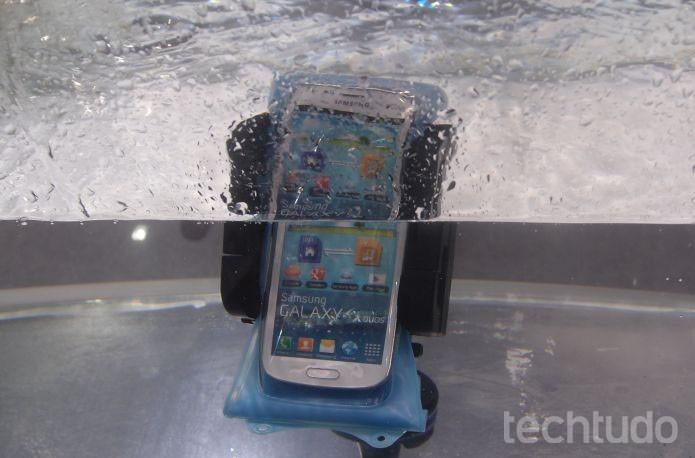 Com a capa, usuário mergulha Galaxy no mar, sem danificá-lo (Foto: Pedro Zambarda/TechTudo)