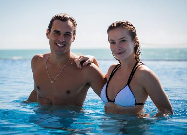 Felipe Roque e Barbara França gravam cenas em piscina de fundo infinito (Foto: Divulgação/TV Globo)