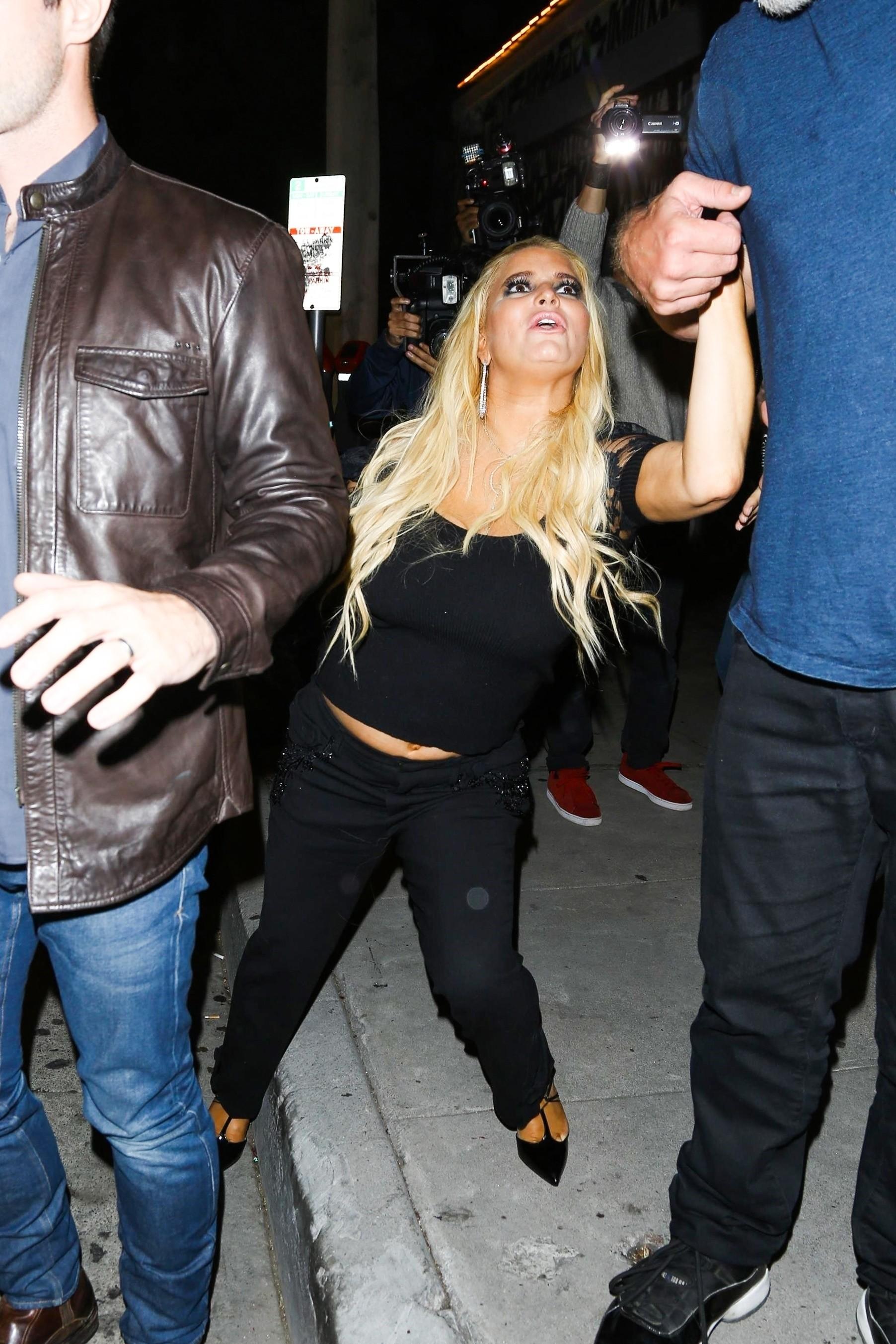 Jessica Simpson saindo de restaurante em Los Angeles (Foto: Backgrid)