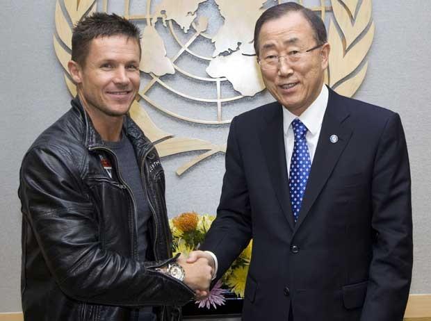 Felix Baumgartner (esq.) cumprimenta o secretário-geral da ONU Ban Ki-moon nesta terça-feira (23) (Foto: AP)