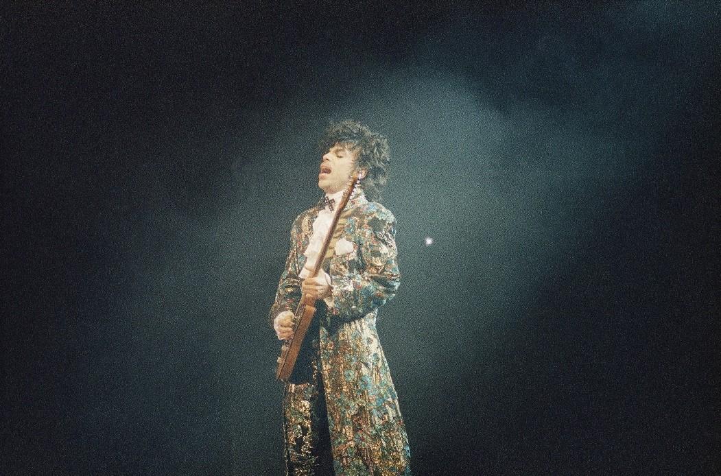 Prince foi encontrado morto, em casa, nesta quinta-feira  (Foto: Phil Sandlin/AP)