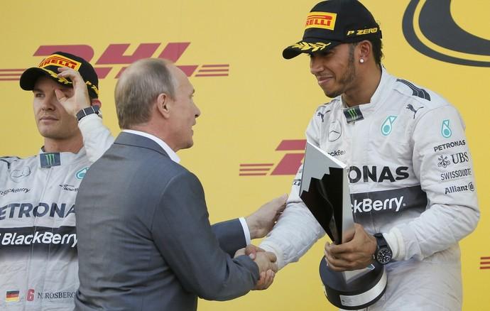 Lewis Hamilton recebe o troféu de vencedor do GP da Rússia das mãos do presidente Vladimir Putin (Foto: Reuters)
