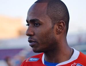Jogador começou a aprtida no banco de reservas (Foto: Felipe Martins/GLOBOESPORTE.COM)
