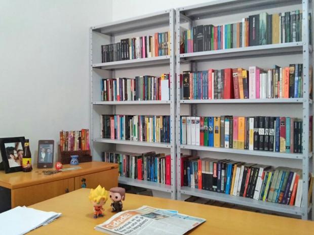 Sala de estudos do professor Moisés Costa é o cômodo que ele mais gosta em sua casa. O local tem, pelo menos 500 livros, separados por assunto e organizados  (Foto: Moisés Costa/arquivo pessoal )