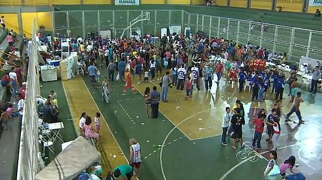Vitímas de incêndio são abrigadas em ginásio e recebem assistência (Foto: Amazônia TV)