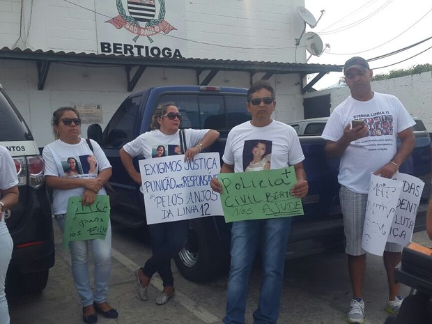 Familiares fizeram protesto em frente à delegacia de Bertioga (Foto: Nina Barbosa / G1)