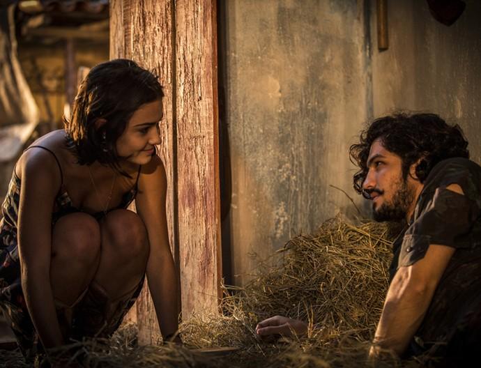 Olívia acorda Miguel e não esconde a felicidade ao vê-lo ali (Foto: Inácio Moraes/ Gshow)