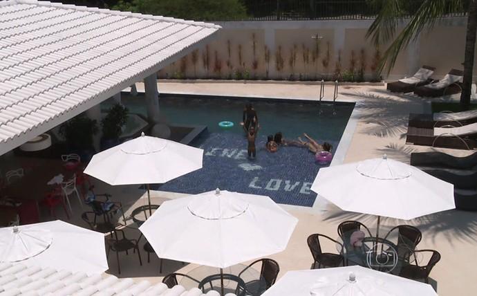 Família de Vagner Love brincando na piscina (Foto: TV Globo)