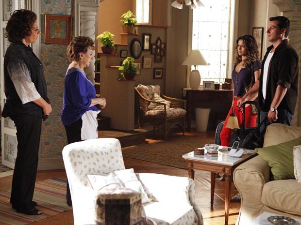 Théo chega com a namorada e áurea não gosta nadinha da surpresa (Foto: Salve Jorge/TV Globo)