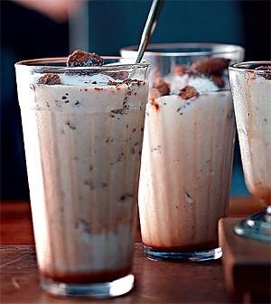 Milk-shake com crocante de biscoito (Foto: Rogério Voltan/Editora Globo)