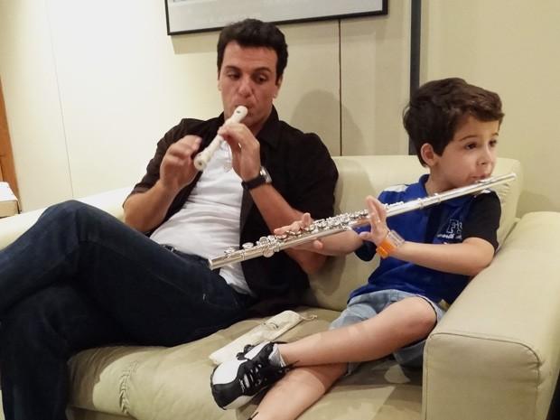 Rodrigo e Luizinho se distraem com a flauta  (Foto: Salve Jorge/ TV Globo)