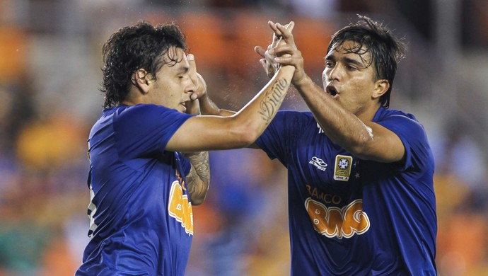 Ricardo Goulart e Marcelo Moreno, do Cruzeiro na partida contra o Tigres-MEX (Foto: Troy Taormina / Light Press)