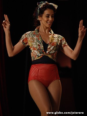 Ruiva, a corista Dália promete encantar o público (Foto: Joia Rara/TV Globo)