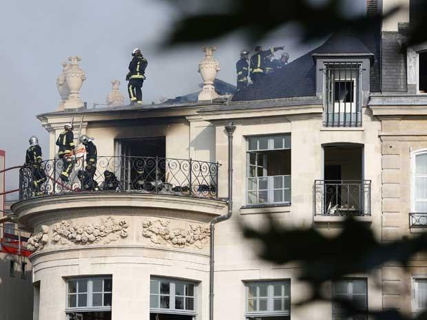 Bombeiros seguem no prédio tentanto controlara as chamas. (Foto: Kenzo Tribouillard / AFP Photo)
