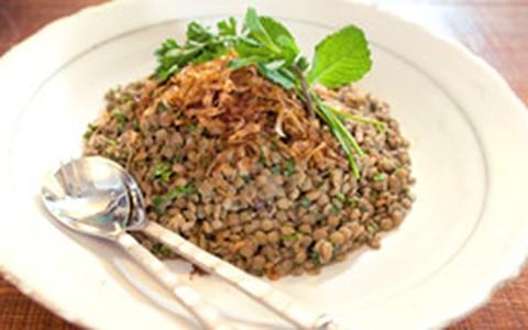 Salada de lentilha com cebola caramelizada para ceia de Ano Novo