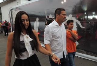Índio marca presença no evento com a mulher e o filho (Foto: Tomás Hammes/GloboEsporte.com)