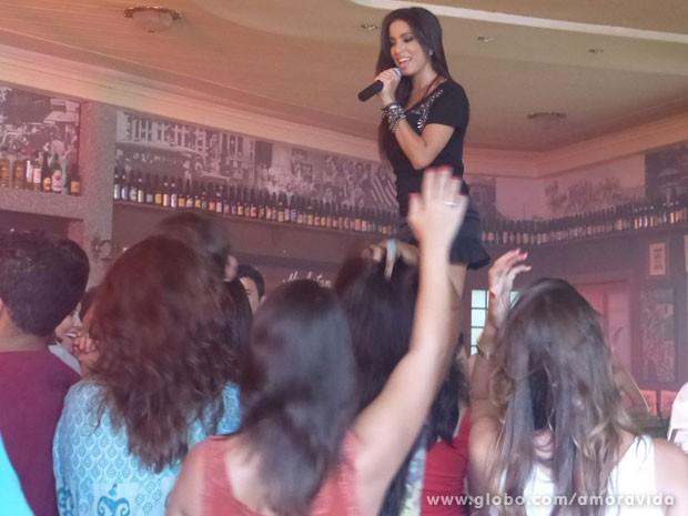 Anitta faz show do bar dos médicos (Foto: Amor à Vida/ TV Globo)