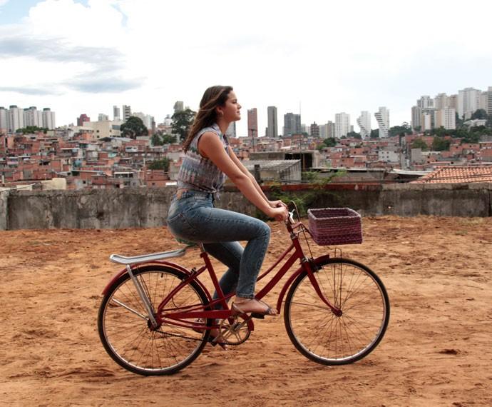 Mari, personagem de Marquezine, passeia de bicicleta pela verdadeira Paraisópolis  (Foto: Marcos Mazini/Gshow)