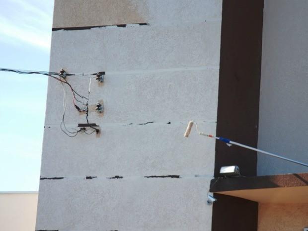 Rolo de pintura encostou em fio de alta-tensão e homem foi eletrocutado (Foto: Tiago Apolinário/Da Hora Bataguassu)