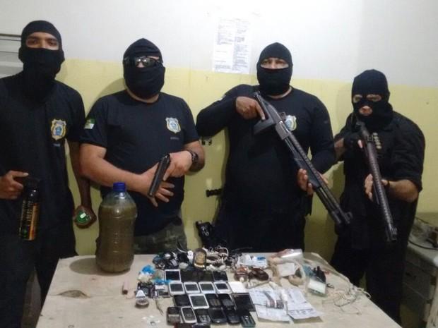 Celulares, estiletes e drogas foram apreendidos (Foto: Divulgação/PM)